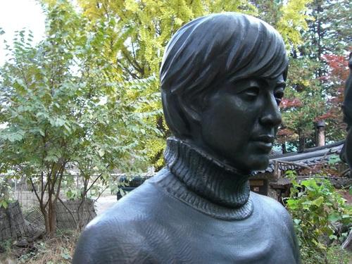チュンサンの銅像
