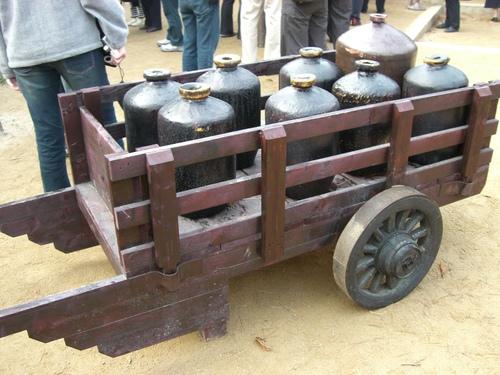 酒壷を運ぶ荷車