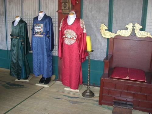 王座と宮廷の衣装