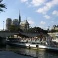 セーヌ河畔から見るノートルダム寺院とバトームーシュ