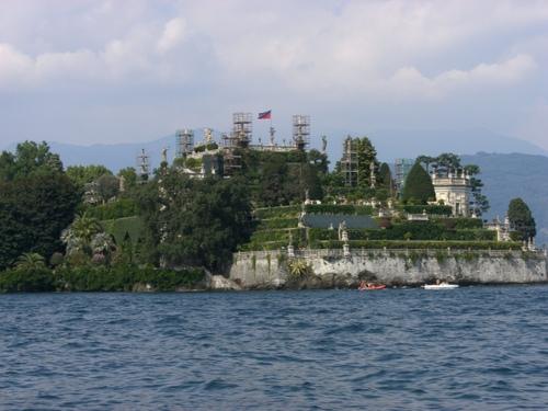 湖から見るイソラベッラの彫刻庭園