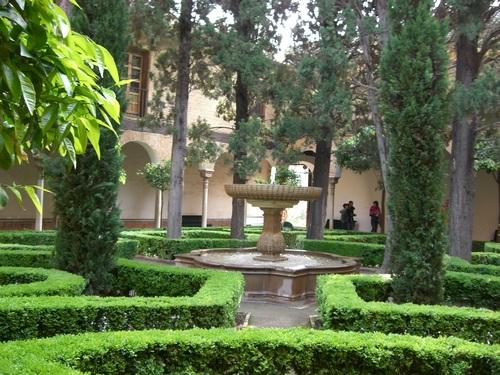 アルハンブラ宮殿/新緑が美しい中庭