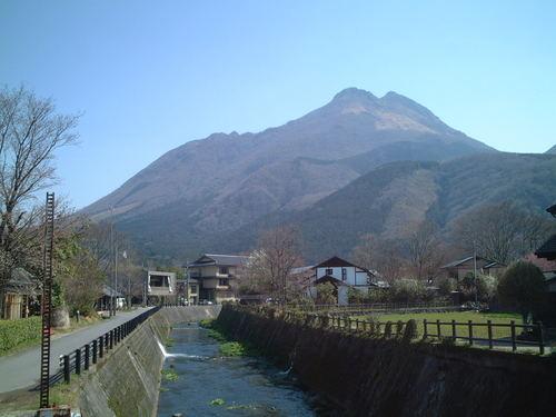 由布岳と美しい小川